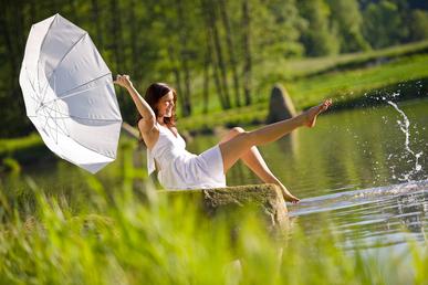 Od svého těla chceme, aby stvořilo nový život. A co chce naše tělo od nás? To víme? sitting by lake splashing water